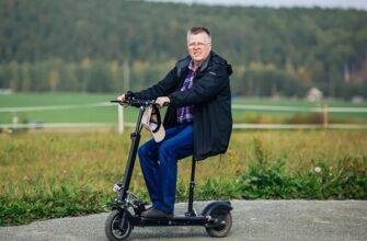 Человек на электросамокате с сиденьем