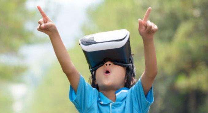 ребенок удивлен от виртуальной реальности